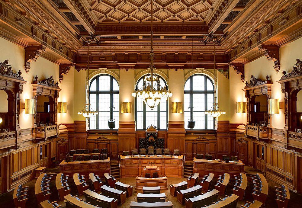 1024px-Plenarsaal_Hamburgische_Bürgerschaft_IMG_6403_6404_6405_edit