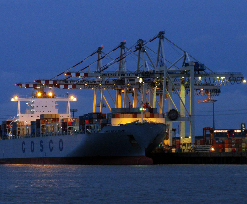 Containerschiff_im_Hamburger_Hafen