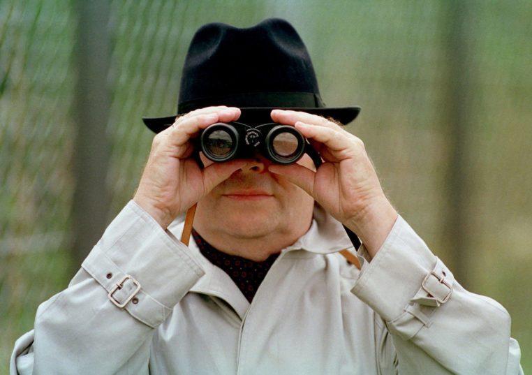 DEUTSCHLAND, BONN, 15.07.1995, Mann schaut durch Fernglas. Symbolfoto zum Thema: Wirtschafts- und Betriebsspionage. | Keine Weitergabe an Wiederverkäufer.