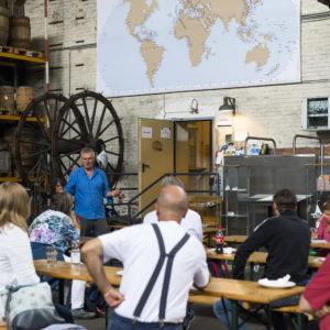 Norbert Hackbusch im Gespräch mit Hafenarbeiter:innen