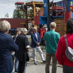 Bernd Riexinger im Gespräch mit Hafenarbeiter:innen