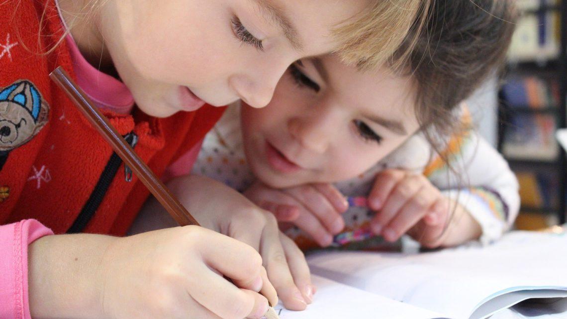 Schulkinder beim Lernen